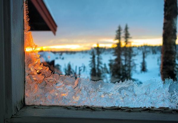 Getty Images 506582976 Norge vinter soloppgang hytta sno vindue