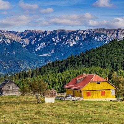 Gettyimages 806746160 Romania Brasov Fimdata Landsby Bucegifjellene
